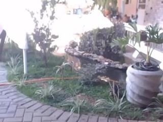 coroa limpando quintal da pousada