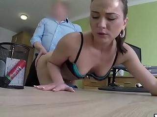 VIP4K. Brunette a des relations sexuelles contre de largent pour la premi&egrave_re fois dans une soci&eacute_t&eacute_ de pr&ecirc_t